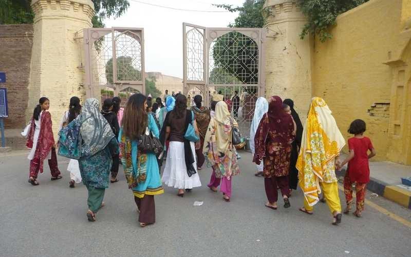 women_pakistan.jpg(mediaclass-base-page-main.d2c518cc99acd7f6b176d3cced63a653791dedb3)